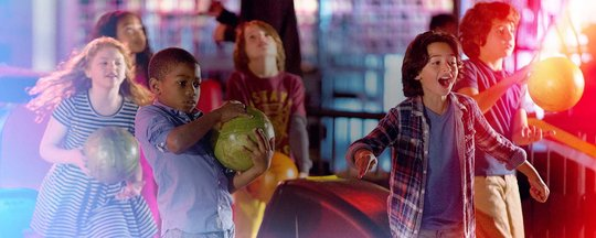 kids celebrating a birthday at a bowling alley